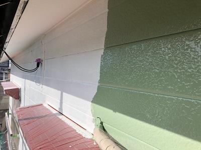 アルミサイディングの外壁の中塗り作業の様子