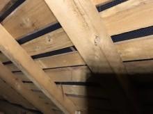 現地調査中の屋根裏(別角度)