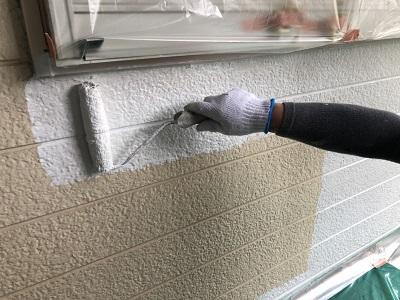 塗装工事の下塗りの様子