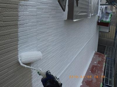 外壁の下塗り塗装している様子
