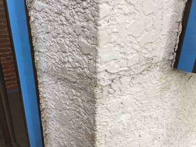 外壁のひび割れの補修の様子
