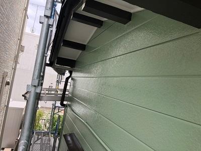 アルミサイディングの外壁の本塗り作業の様子