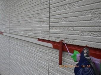 外壁の金属素材の下塗り塗装している様子