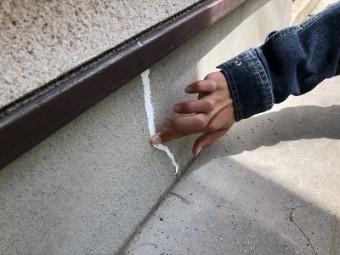 セラミック塗装外壁の施工前のクラック補修の様子