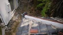 下屋根の隅棟の修繕工事の施工中の様子