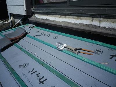 防水シートに骨組みを組んだ様子