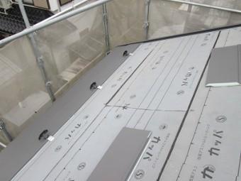 ガルテクトを貼る施工中の屋根