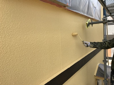 外壁に塗装している様子