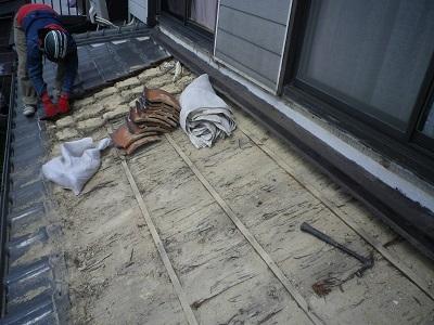 春日井市の葺き替え現場にて瓦を降ろしている写真