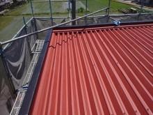 折半屋根塗装工事の上塗り塗装の様子
