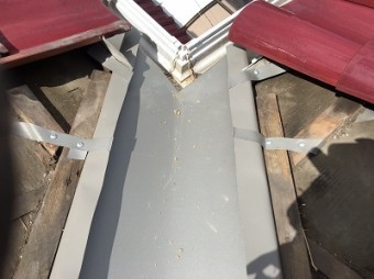 谷板金を固定している屋根のフチ