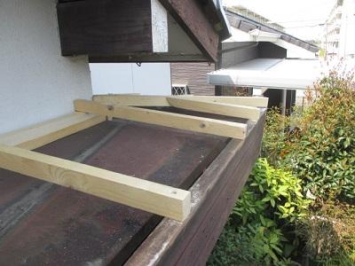 屋根の上から見てみると、経年劣化によって所々板金が歪んでおり、雨水が浸入しやすくなっていることが分かります。 本来であれば、その下にある防水シートが雨水の浸入を防いでくれるのですが、このお家では防水シートに穴が空いてしまう等の理由で天井まで届いてしまったようです。 防水シートといっても雨水の浸入が多ければその分防水シートは傷みやすくなってしまいます。 雨漏れを直す工事は、屋根を取り換える葺き替え工事や、屋根の上にもう一つ屋根を乗せる重ね葺き工事があります。 重ね葺き工事の方が既存の屋根の撤去等をしなくても良いので安価ではありますが、屋根が重くなってしまうというデメリットもあります。 今回は施主様が高齢な事もあり、安価に解決したいとの事だったので、重ね葺き工事を施工させていただきました。