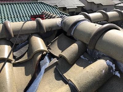 瓦がずれている屋根(別角度)