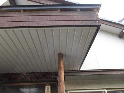 玄関ポーチの天井に板金でカバー