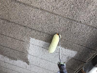 外壁塗装の下塗している様子