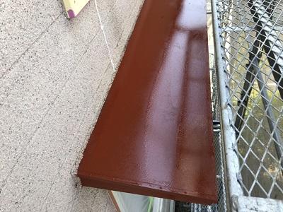 外壁塗装の付帯物への下塗りの様子