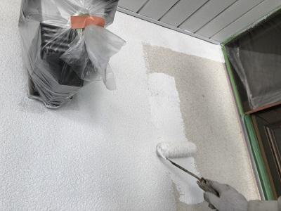 モルタル箇所はシーラー塗料を塗っている様子