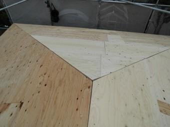 屋根カバー工事のコンパネの様子