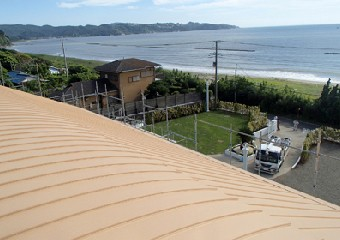潮風に晒される別荘の屋根