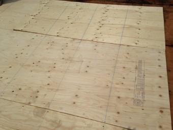 木の繊維をプレスして固めた素材の上に構造用合板を全面に増し貼り